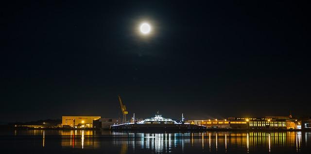月と貨物船