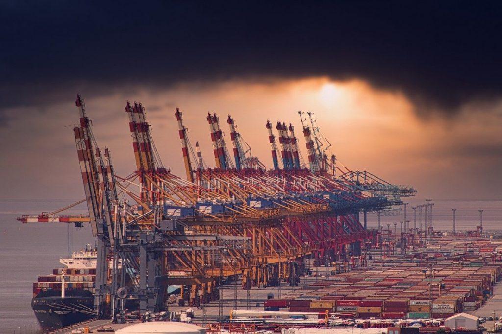 港とガントリークレーン