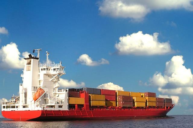 コンテナ船と貨物