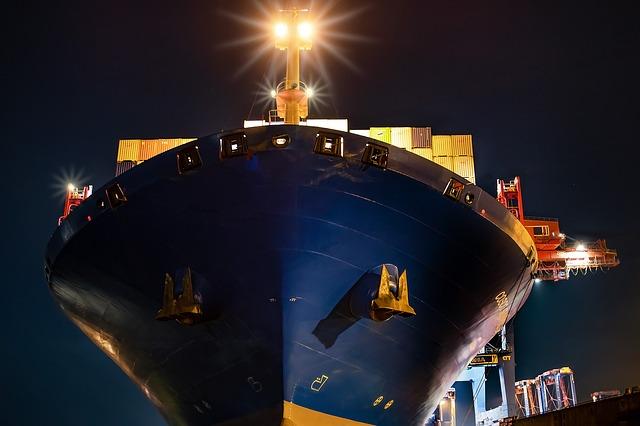 コンテナ船とアンカー