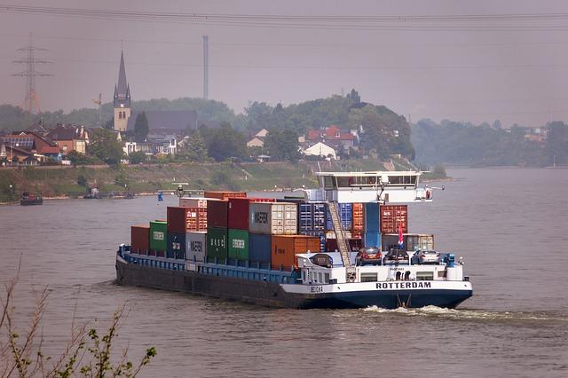 ロッテルダムのフィーダーコンテナ船