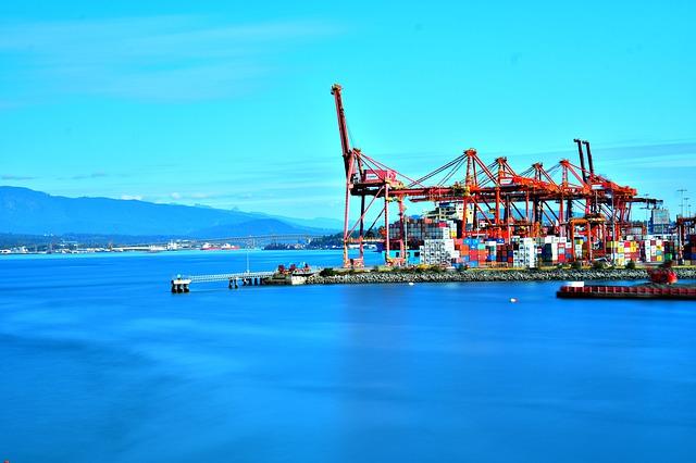 コンテナヤードと港