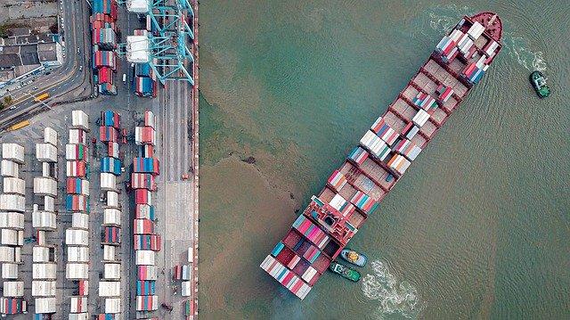 コンテナ船とタグボート