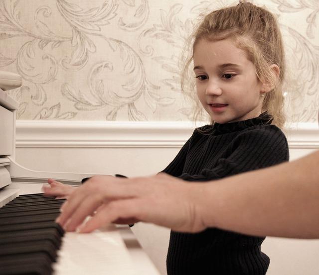 ピアノレッスンを受ける子供